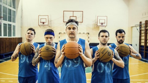 "The Nietzsche members appear as basketball players in new video ""Dreams 4/17"""