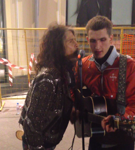 Video: Steven Tyler sings with street musician in Moscow