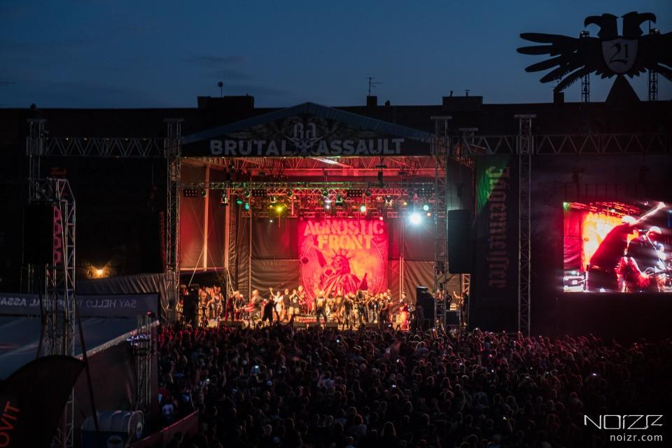 Непогода, критика нововведений и отличный состав: Как проходил фестиваль Brutal Assault в этом году